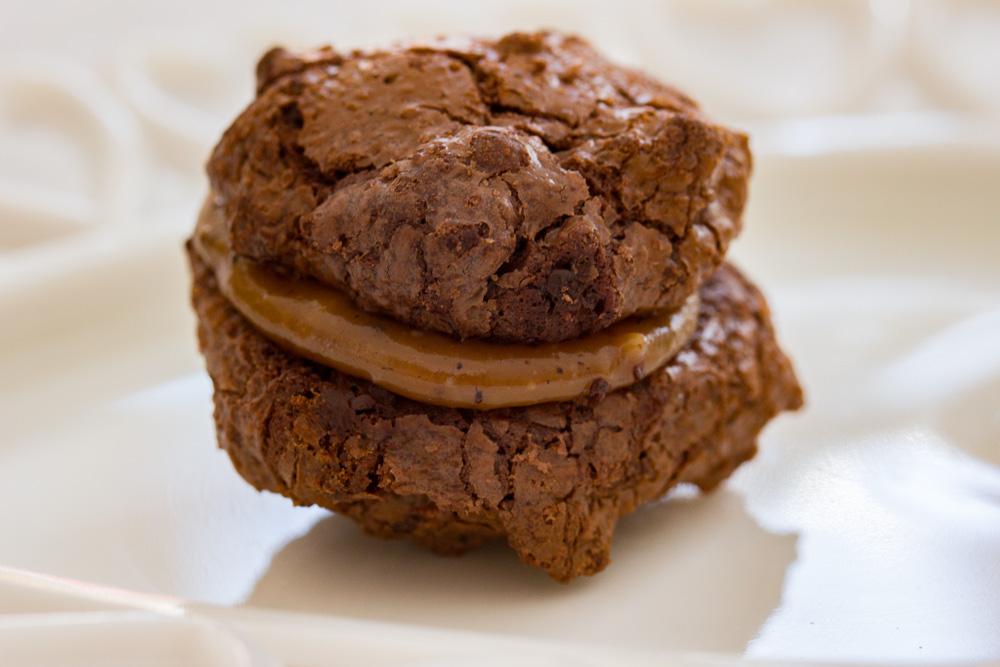Brownie småkager med lakrids-karamel fyld.